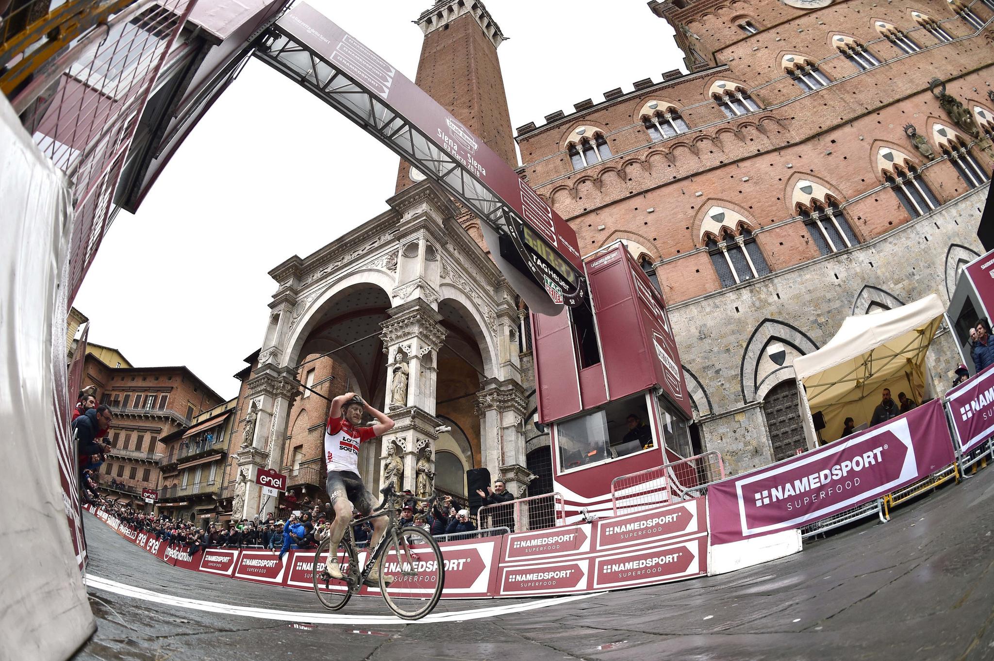 Benoot llegando el primero a la meta de Siena (2018).