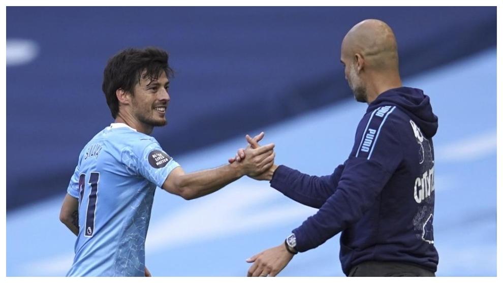 Guardiola saluda a Silva tras su último partido de Premier ante el...