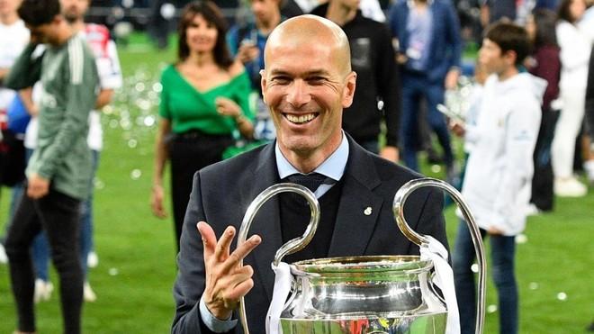 Zidane posa con la Champions de 2018 conquistada en Kiev ante el...