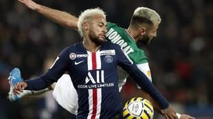 Neymar disputa el balón con un jugador del Stade Bretois, Honorat.