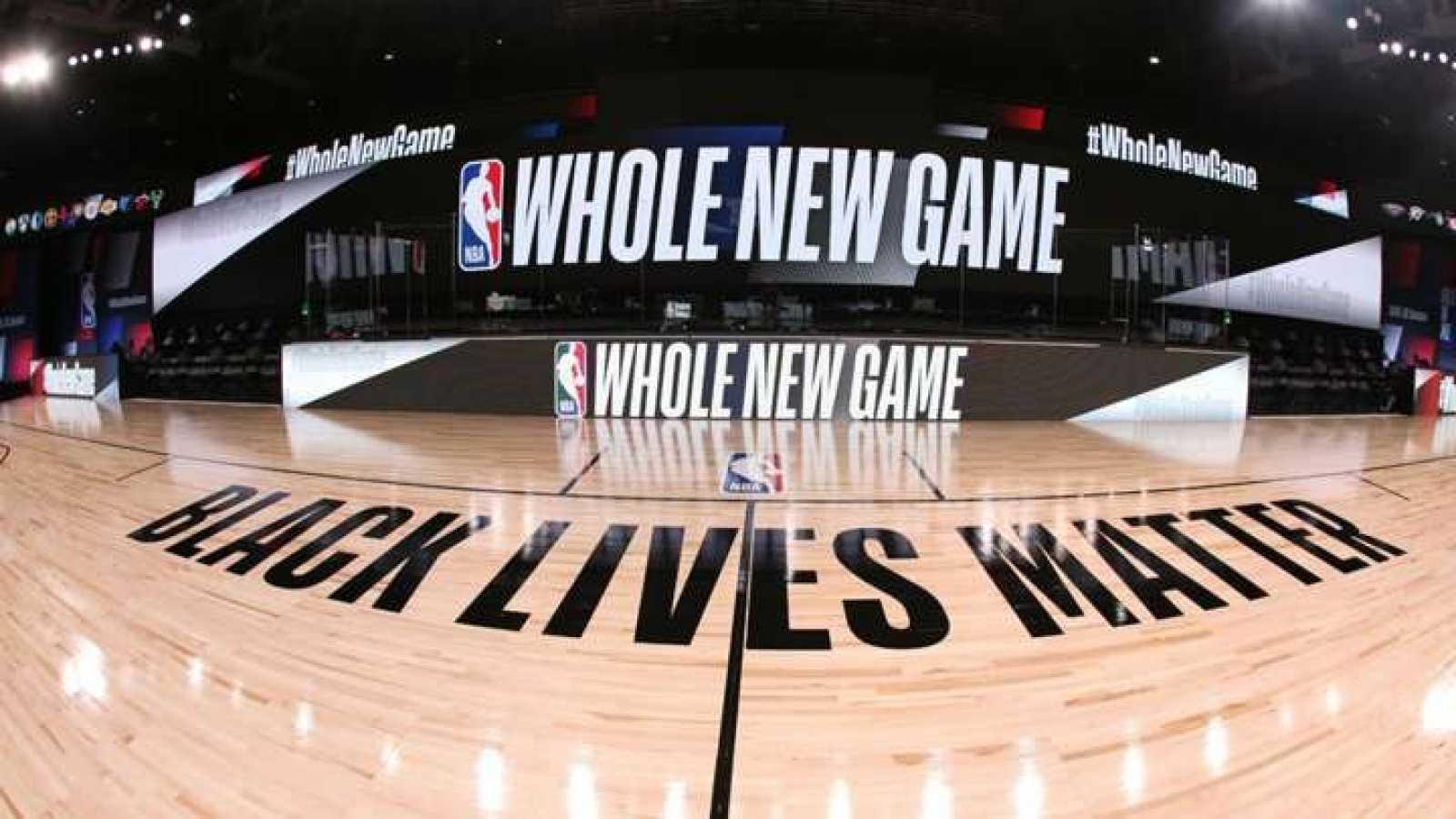 Protestan jugadores contra el racismo en reanudación de la NBA