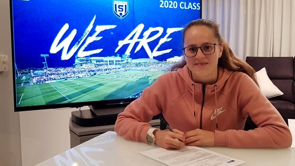 Eva Alonso firmando la beca que le llevará a estudiar a Estados...