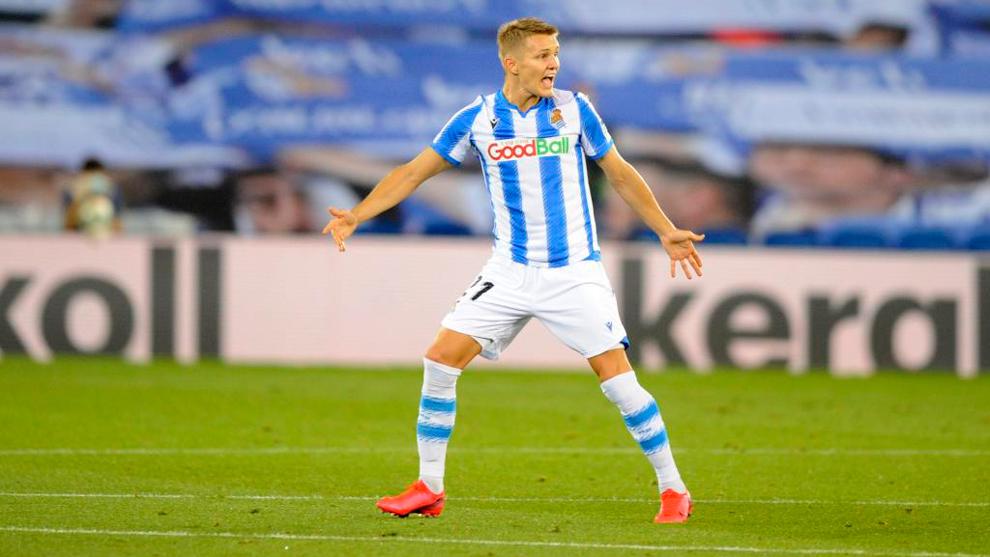Odegaard pide el balón durante un partido de la Real Sociedad