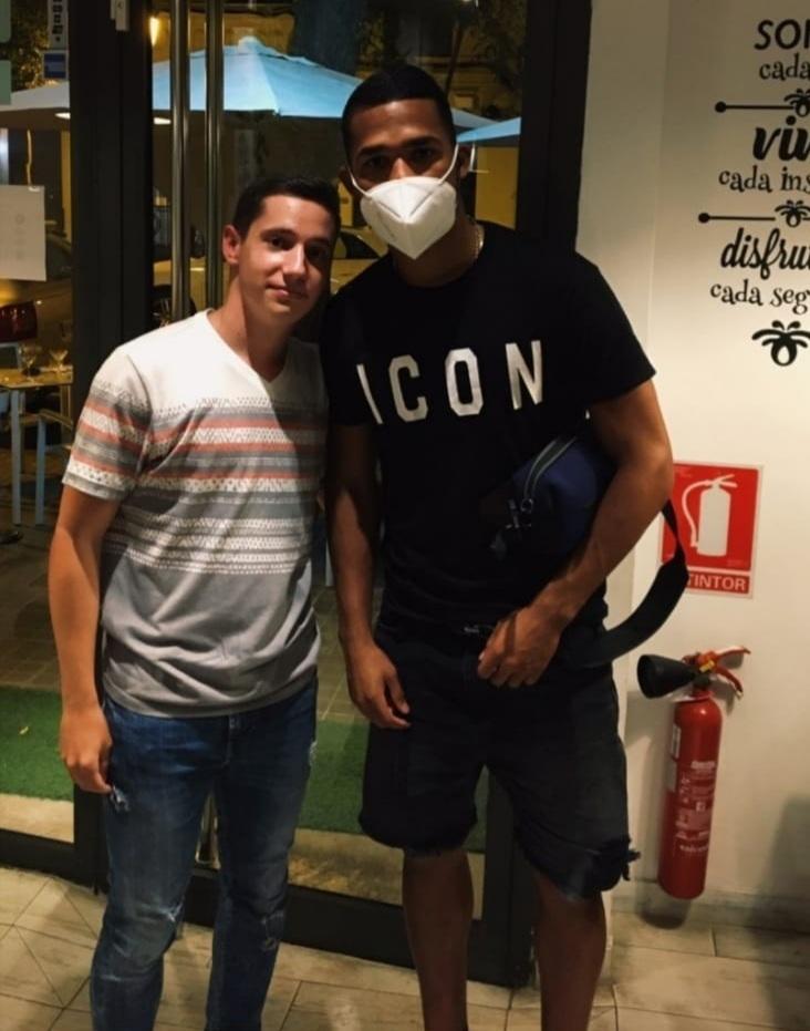 Yangel Herrera, junto a un aficionado anoche en un restaurante de...