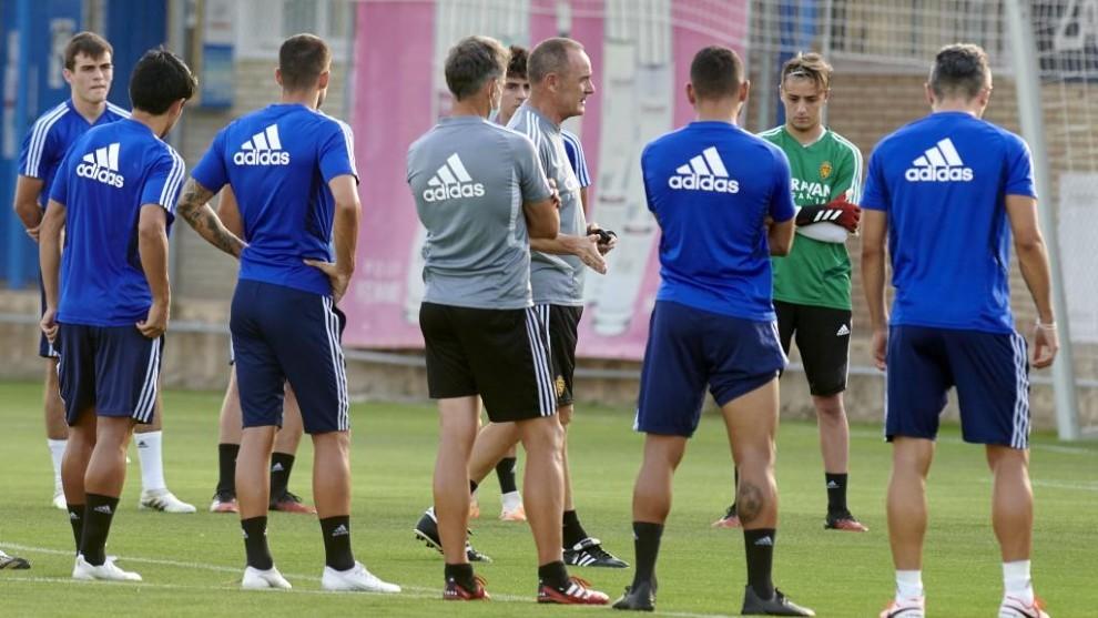 Víctor Fernández da instrucciones a sus jugadores en un...