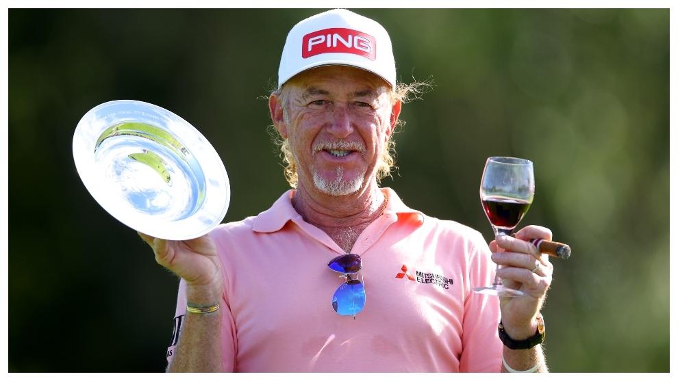 Miguel Ángel Jiménez posa con el plato que refleja sus 707 torneos,...