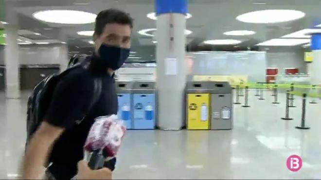Iraola es preguntado por la IB3 en el aeropuerto de Palma.