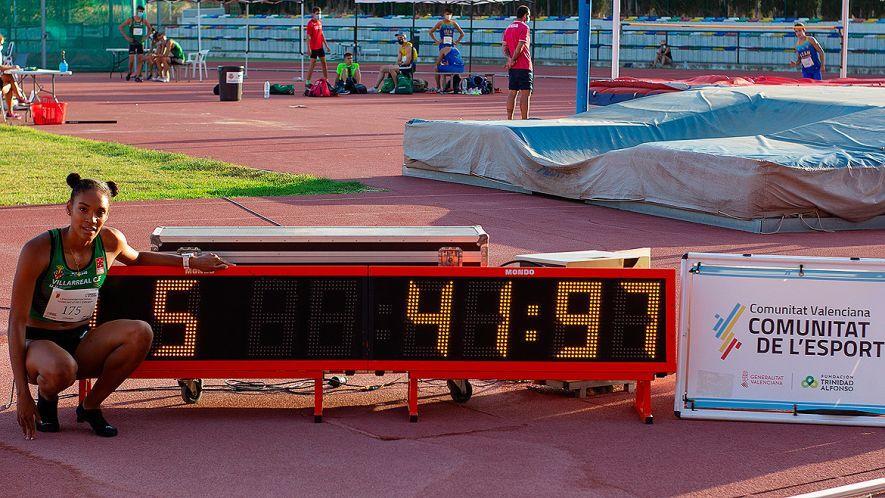 Salma Paralluelo posando junto a su récord de España en 300 metros vallas.