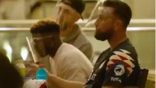 Travis Kelce asistió a primera reunión de Chiefs con jersey del...