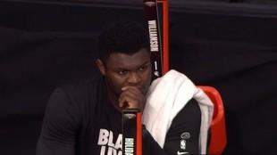 Zion Williamson, sentado en el banquillo durante el desenlace del...