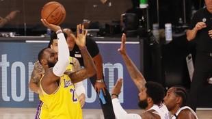 LeBron James lanza el tiro que fallaría antes de coger el rebote y...