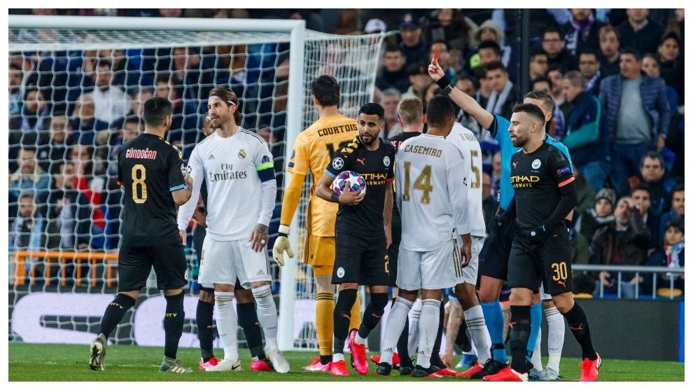 Ramos ve la tarjeta roja en el partido de ida.
