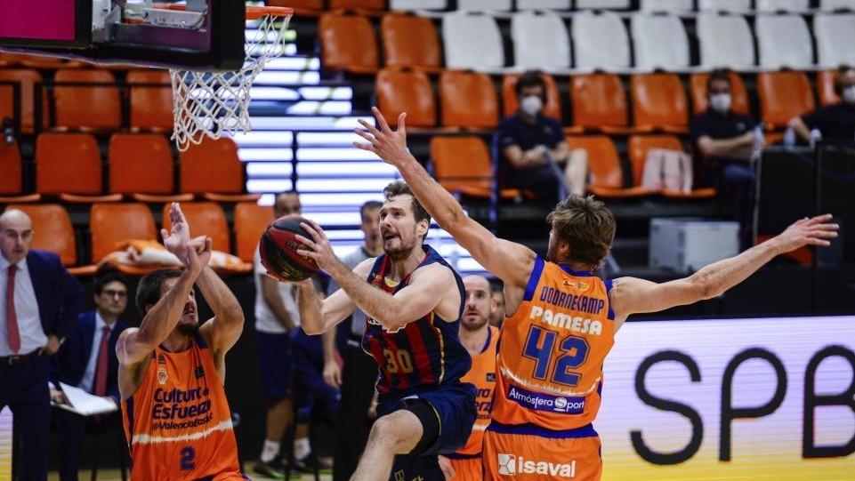 Zoran Dragic entra a canasta en el partido de la Fase Final de la Liga...