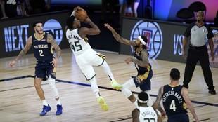 Donovan Mitchell lanza en el partido frente a los Pelicans.