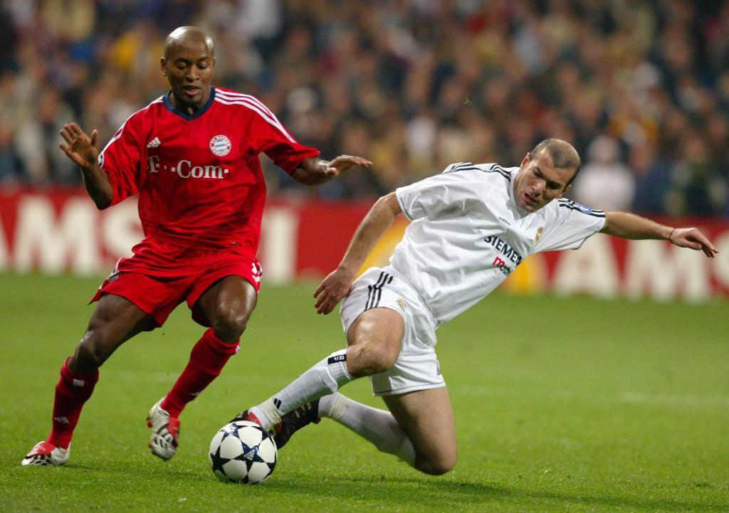 Ze Roberto disputando un balón con Zidane