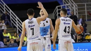 Jugadores del Gipuzkoa Basket celebran una victoria.