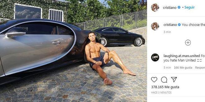 Cristiano Ronaldo toma el sol apoyado en su Bugatti Chiron