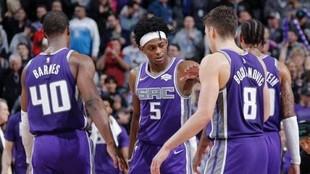 Los jugadores de los Kings chocan las manos durante un partido.