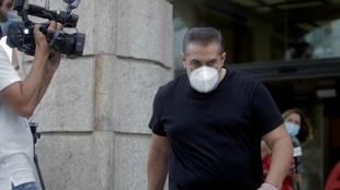 Sandoval saliendo del hotel coruñés para viajar a Madrid
