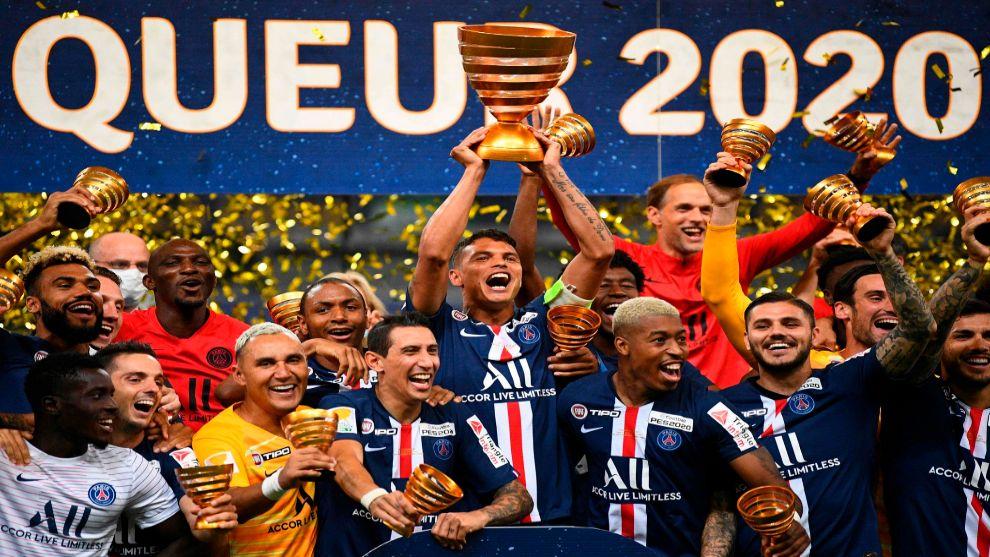 Thiago Silva alza la Copa de la Liga tras la final.