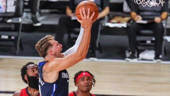 Luka Doncic hace una entrada a canasta en el partido ante los Rockets.