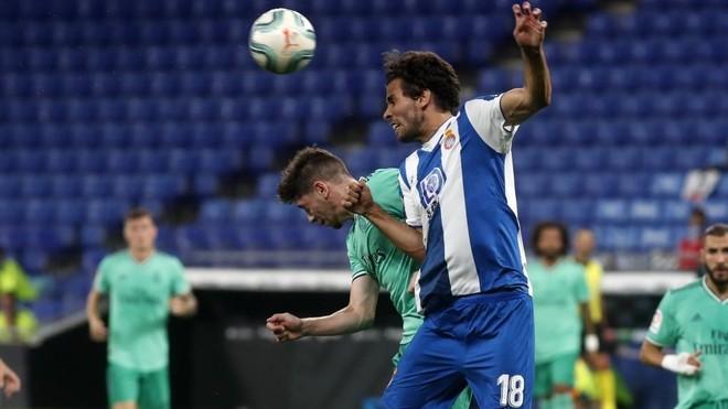 Cabrera disputa un balón aéreo con Valverde.