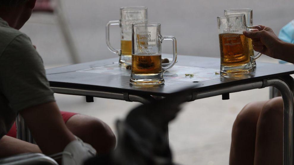 Un grupo de personas se refrescan con unas cervezas