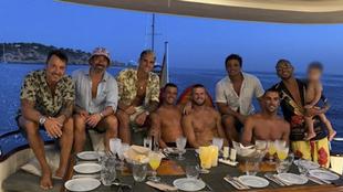Lavezzi disfrutando de Ibiza junto a varios jugadores de Premier...