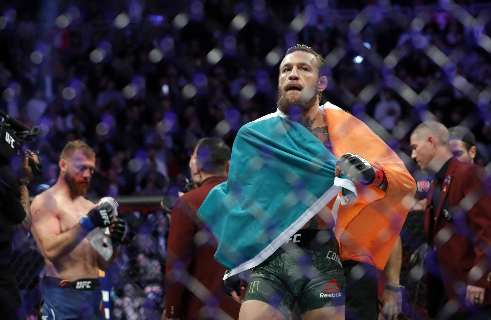 McGregor se envuelve en la bandera irlandesa, ahora a subasta, tras...