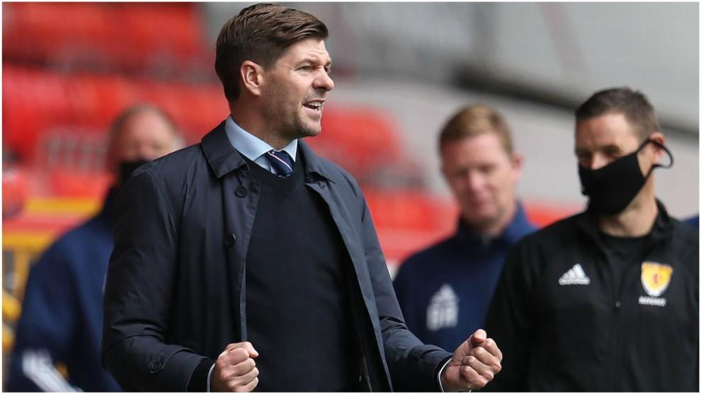 Steven Gerrard celebra la victoria sobre el Aberdeen.