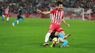 José Romera es derribado por un rival durante el partido...