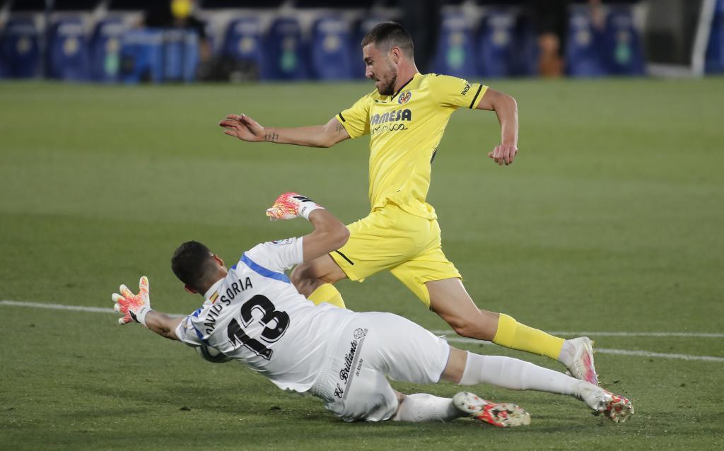 David Soria y Moi Gómez en un lance del partido entre el Getafe y el Villarreal de la temporada 2019-20