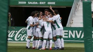 Los jugadores del Elche se abrazan celebrando uno de sus goles de esta...