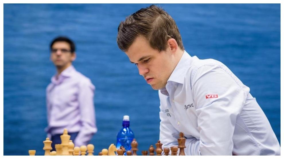 Magnus Carlsen jugando con las negras en otra partida.
