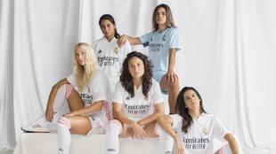 Robles, Misa, Jakobson, Ivana y Thaisa posan con la nueva camiseta del...