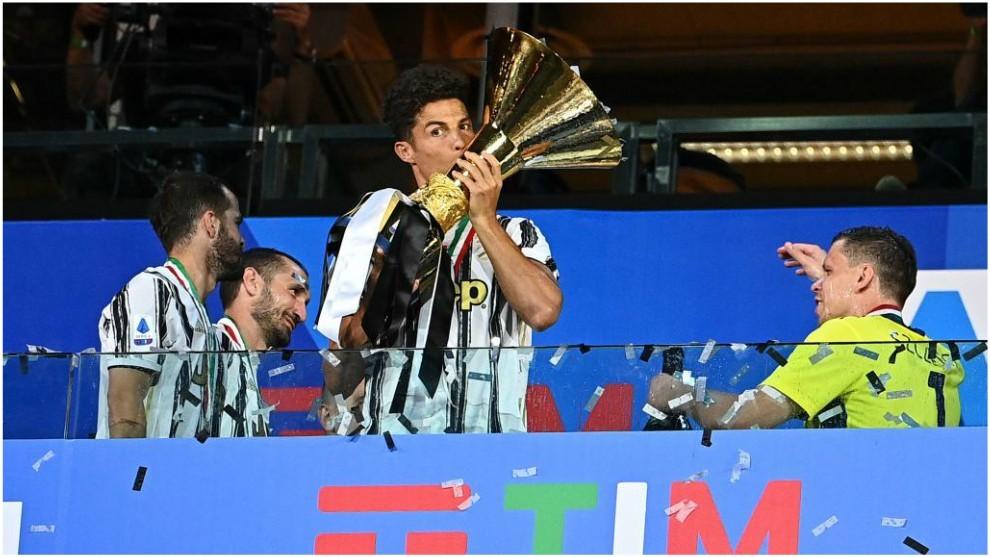 Cristiano Ronaldo celebra con el título de campeón.