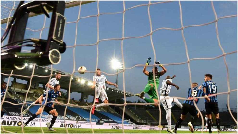 Danilo D'Ambrosio marca contra Atalanta.
