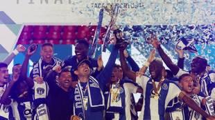 Iker Casillas levantando el título con el Porto