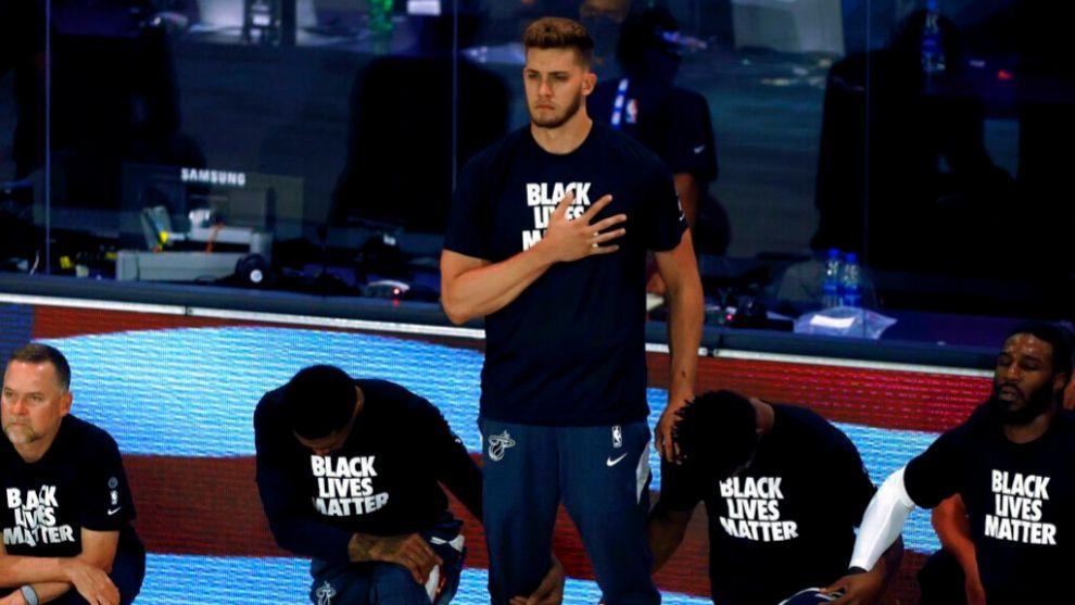 Meyers Leonard, segundo caso de disonancia con el himno en la NBA