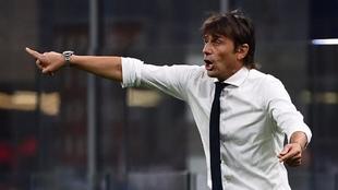 Antonio Conte, dando instrucciones durante un partido del Inter. AFP