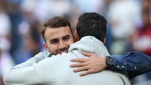 Borja Mayoral saluda a un compañero antes de un Real Madrid-Levante.