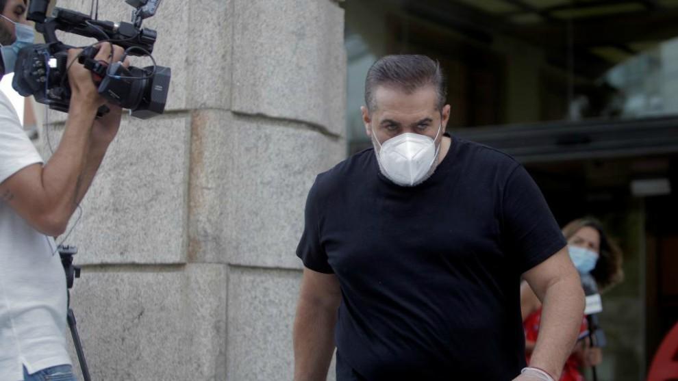 Sandoval saliendo del hotel de A Coruña.