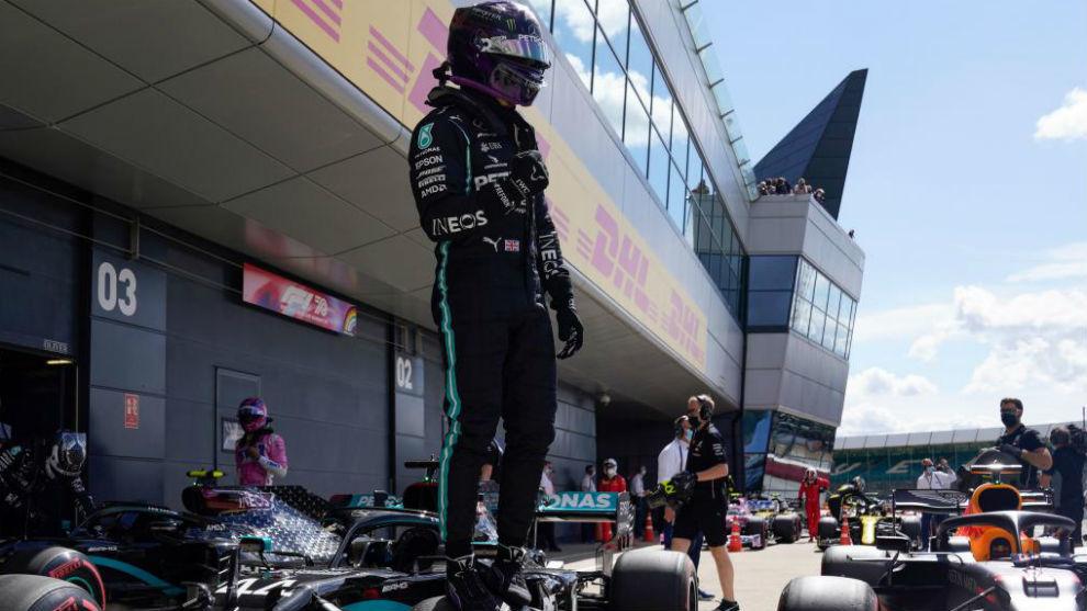 Hamilton gana con una rueda pinchada y drama de Sainz