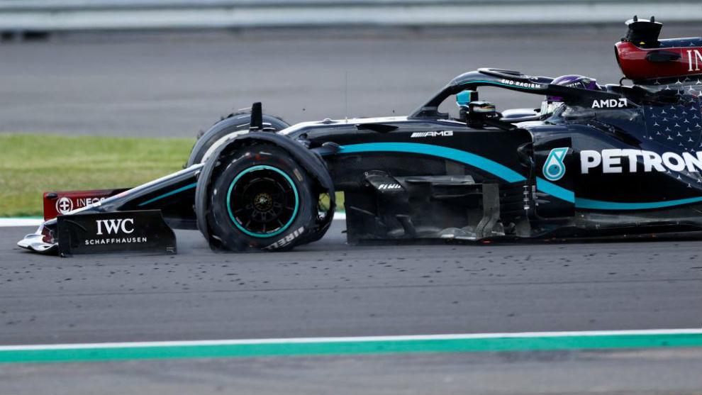 Hamilton, entrando a meta en tres ruedas.