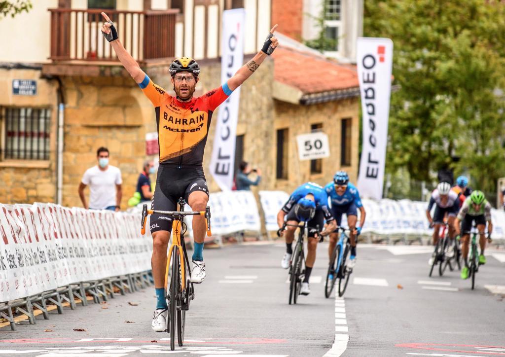Damiano Caruso celebra su victoria en Getxo.
