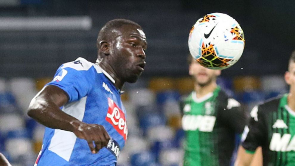 Naples (Italy), 25/07/2020.- Sassuolos defender Marlon (L) and Napolis defender Kalidou lt;HIT gt;Koulibaly lt;/HIT gt; (R) in action during the Italian Serie A soccer match between SSc Napoli and US Sassuolo Calcio at the San Paolo stadium in Naples, Italy, 25 July 2020. (Italia, Nápoles) EFE/EPA/CESARE ABBATE
