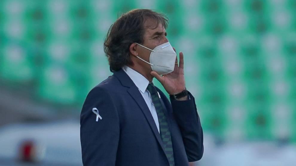 Guillermo Almada, director técnico de Santos Laguna durante el...
