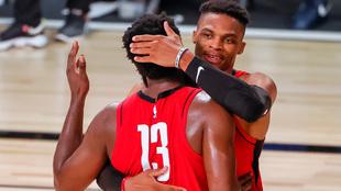 Westbrook y Harden se felicitan tras la victoria