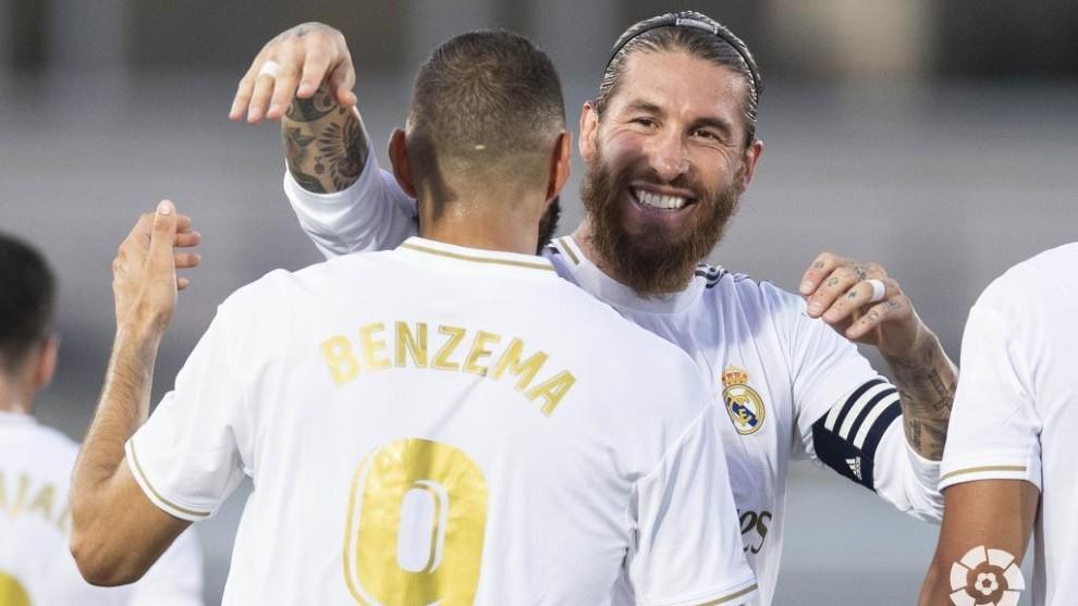 Benzema se abrazo con Ramos tras marcar un gol.