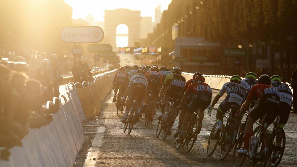 El pelotón recorriendo París en la última etapa del Tour 2019.